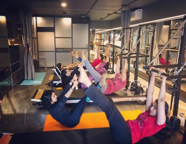 Sunday Workout Ends well with TEASER Pose :) with @Nainkapadia Shyama Nimavat Prarthana GandhiHarshika PatelPurti Pancholi MehtaDevanshi Sanghavi PatelMauli Gadhecha #toughgirls #pilatesgirl #corestrength #WeekendVibes